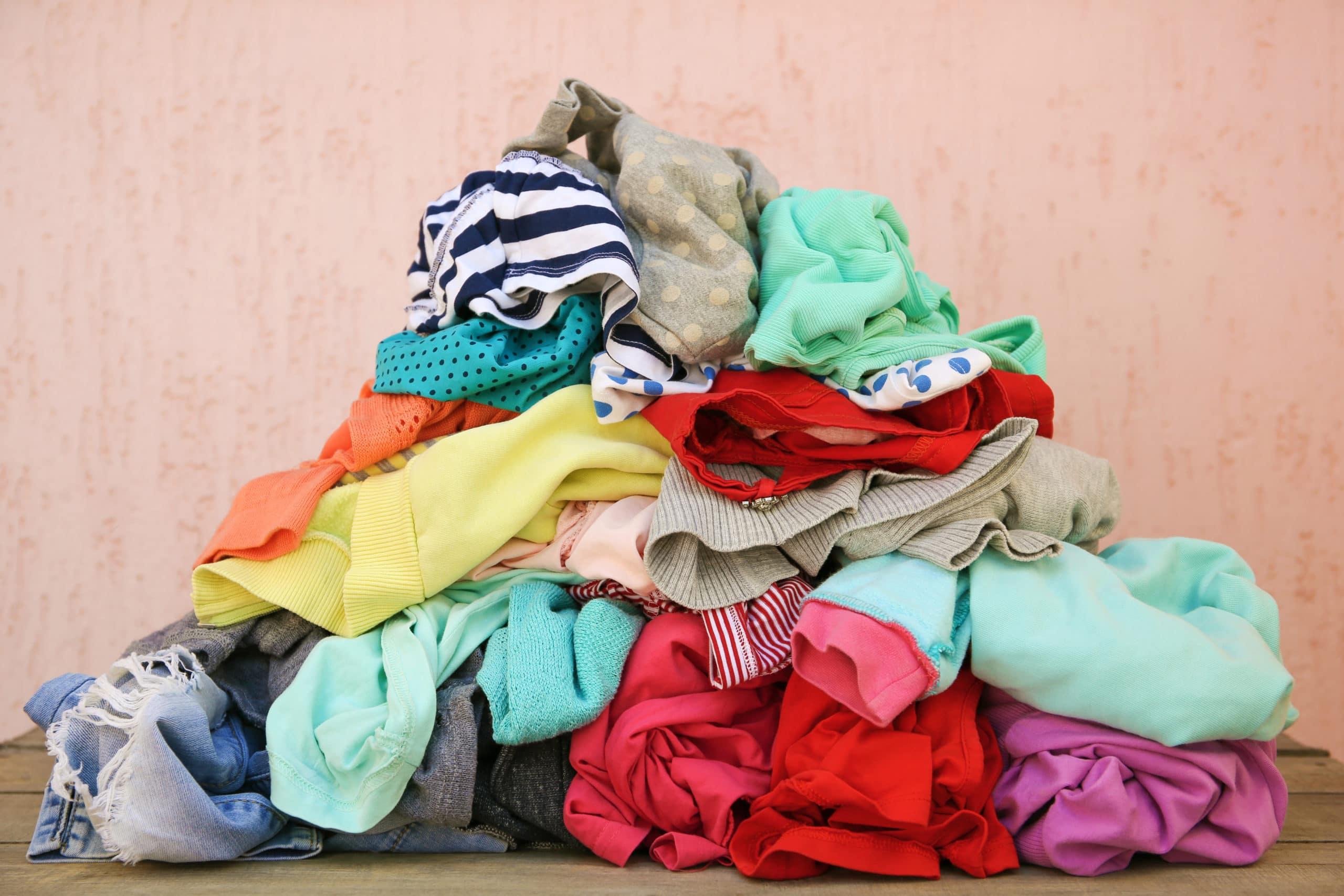 Ein Haufen achtlos verstreuter Kleidung.