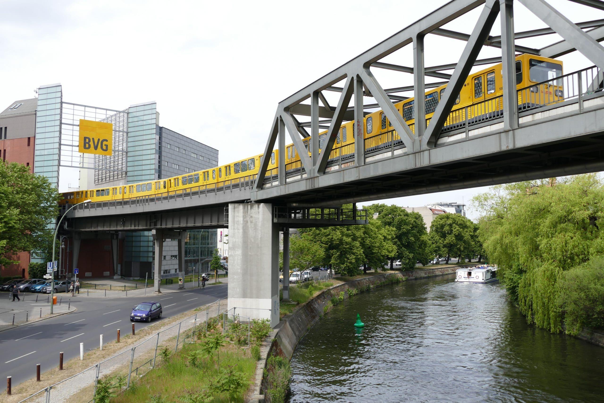 Straßenbahn auf einer Hochbahn in Berlin
