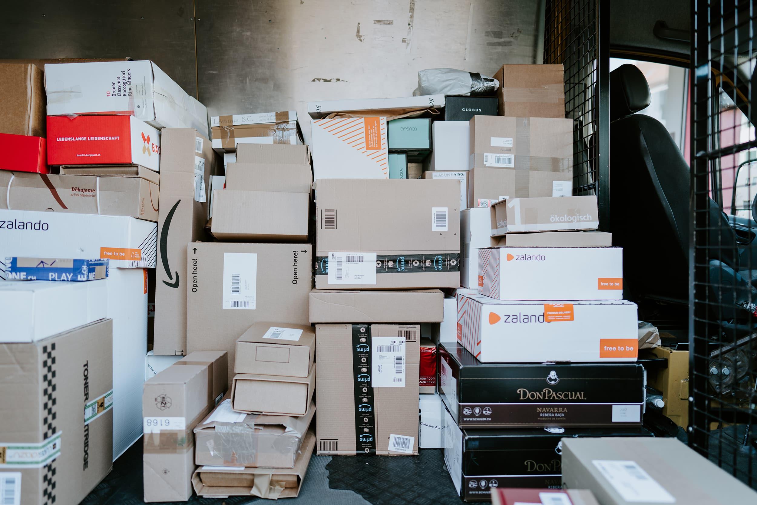 Ein Postauto voller Pakete vollgestapelt