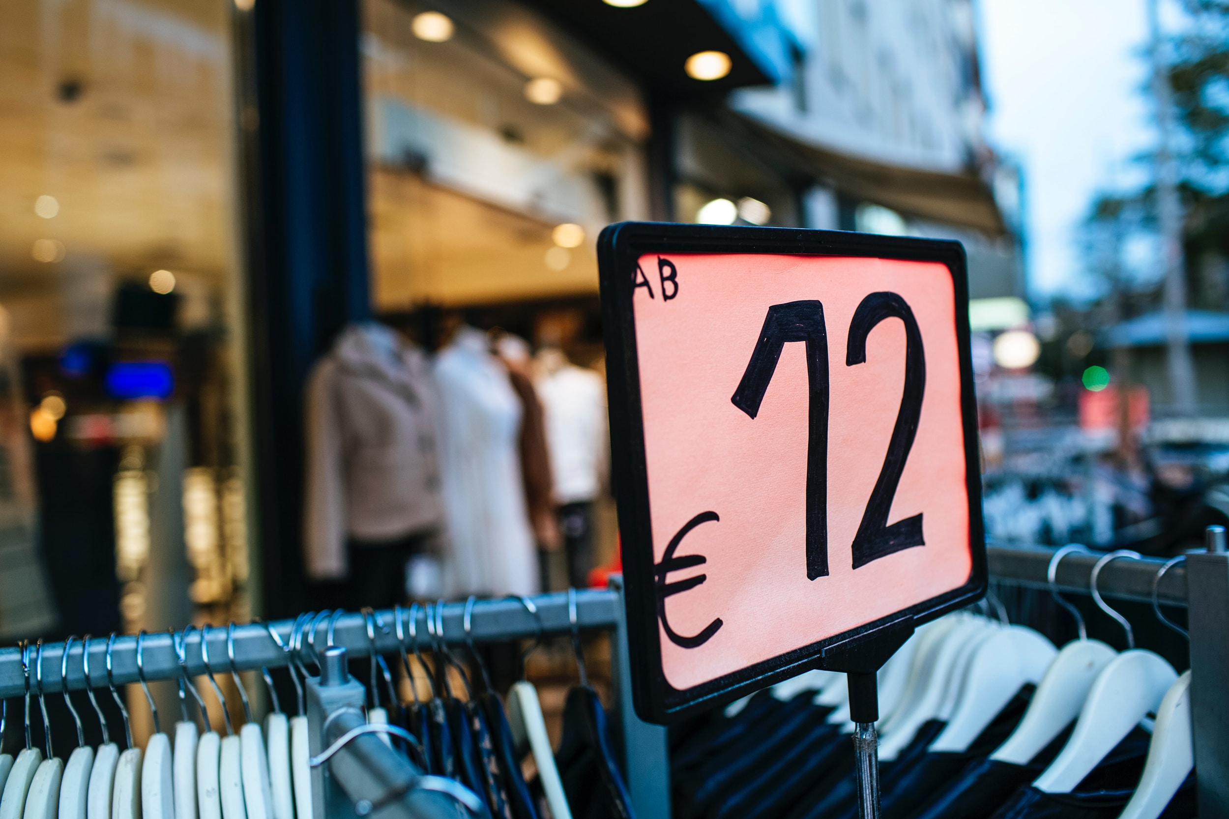 Preisschild auf dem 12 Euro stehen, welches verdeutlich wie günstig Mode ist.