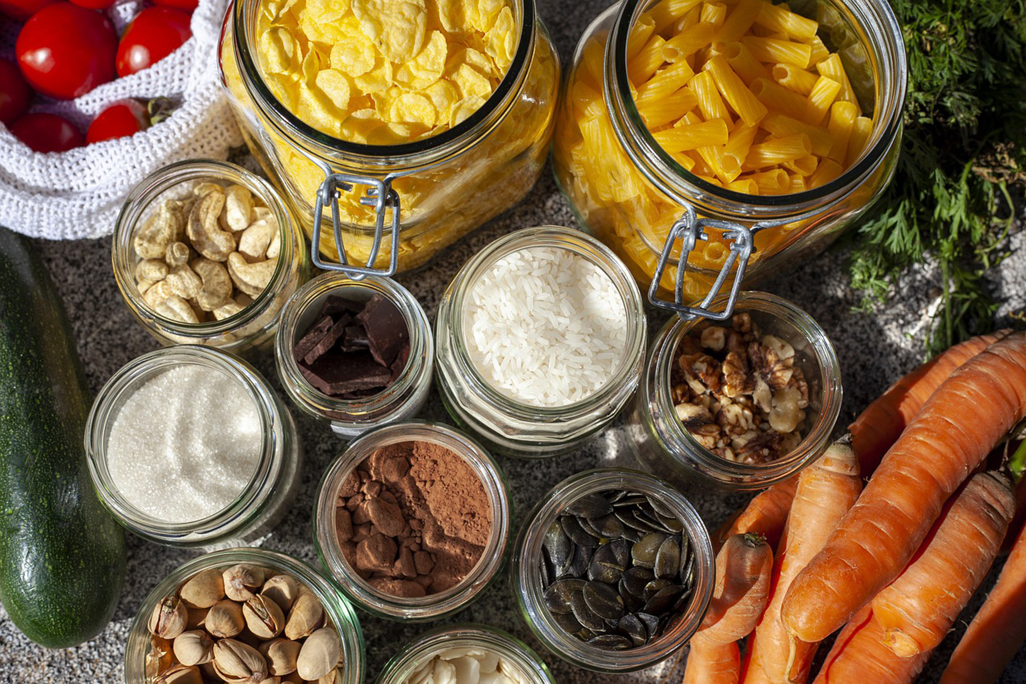 Lebensmittel, wie Nudeln, Cornflakes, Reis, Schokolade, wurden unverpackt in Glasbehälter eingekauft.