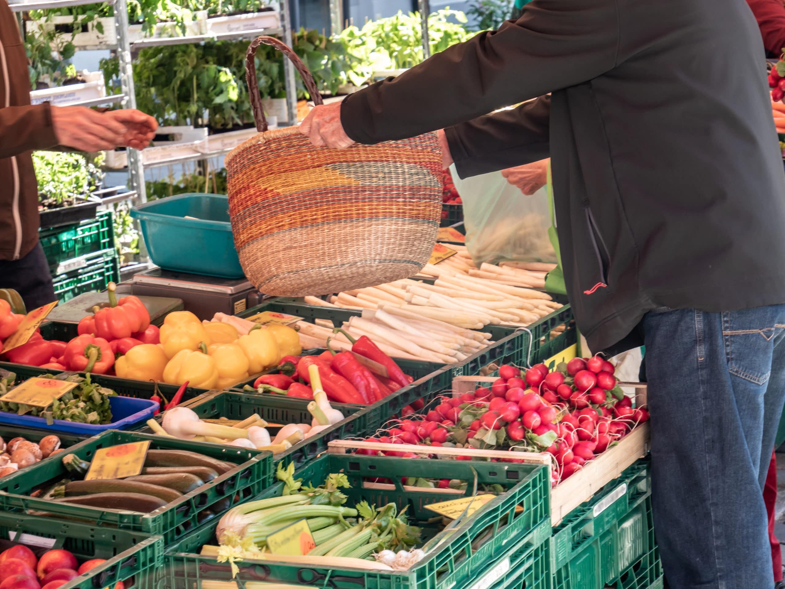 Unverpacktes einkaufen mit Korb auf dem Wochenmarkt